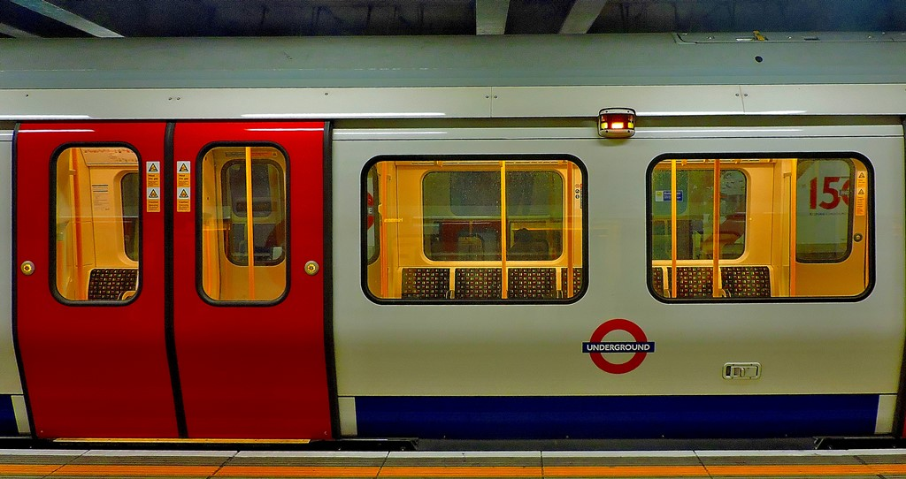 A Circle/ Hammersmith & City/ District line train at Moorgate